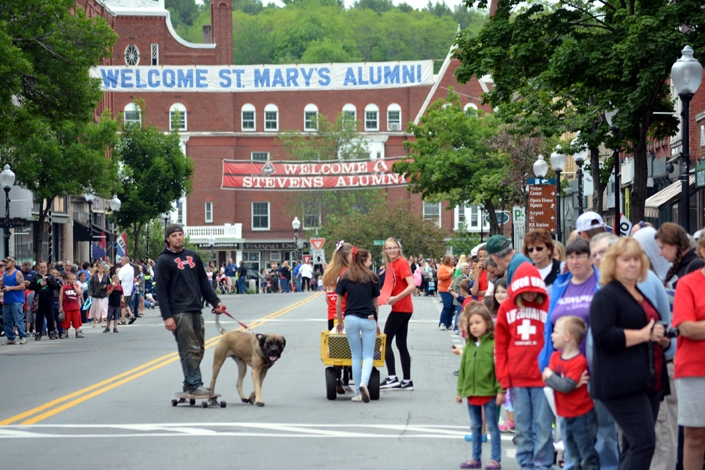 Spectators line Pleasant Street as they await the arrival of the 2016 Stevens Alumni parade. (1/125 sec., F5.6, automatic-no flash mode, ISO 250, 125mm).Photo: Stephen C. Fitch June 11, 2016 11:09 AM